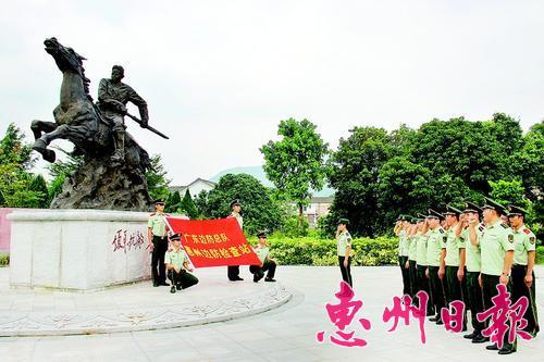 惠州边检官兵在叶挺将军雕像前庄严宣誓。