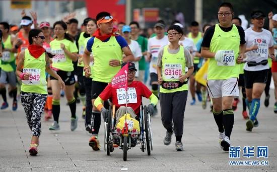 中出发.当日,2015北京马拉松赛开赛. 新华社记者李明摄-北京马