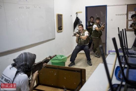 别人家的军训:爬泥潭练巷战学拆装AK47步枪