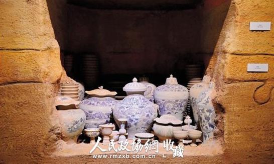 高安出土窖藏元青花器物共计瓷器239件,这是出土前的窖藏复原图。_副本
