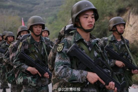 京高校大学生首开军事特训营 披挂枪支弹药