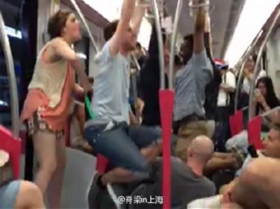 网曝外籍乘客上海地铁车厢里嬉戏打闹荡秋千