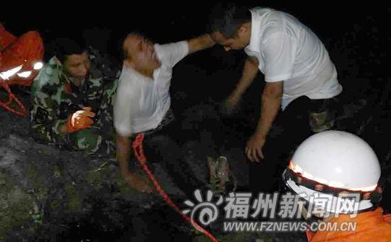 两名驴友爬山被捕兽夹夹住 一人手腕被夹出3个洞
