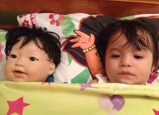 宝宝们与其二重身玩偶合照走红网络