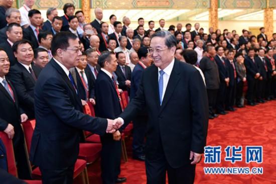 9月21日,中国和平统一促进会第九届理事大会在北京召开。中共中央政治局常委、全国政协主席俞正声当选中国和平统一促进会会长。这是俞正声接见中国和平统一促进会新一届理事代表。新华社记者 张铎 摄