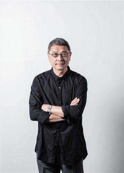 刁德谦 1943年生于成都,1949年移居香港,之后移民美国,定居纽约至今。他毕业于美国俄亥俄州的凯尼恩学院,曾任教于汉普郡学院、库伯联盟学院和惠特尼独立研究项目。刁德谦的作品在美国和欧洲广泛展出,近期重要展览包括在奥德里奇当代艺术博物馆举办的个展(2014年)以及惠特尼双年展(2014年)。其作品收藏机构包括惠特尼美术馆、旧金山现代艺术博物馆、MoMA、赫胥豪恩博物馆和香港M+博物馆等。