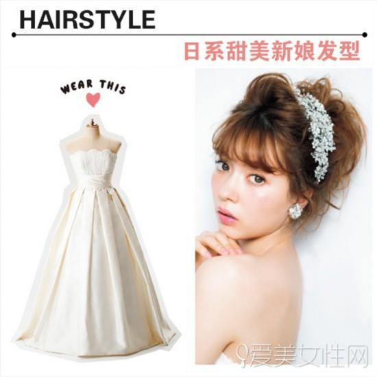 首先第一款婚纱是紧身抹胸式婚纱,高贵中带着甜蜜可爱,所以发型也可以往可爱方向发展,用具有柔软的质感和华丽的风格的发型来搭配。 style1 中长发的新娘MM发型可以这样整理,空气感的内扣刘海浪漫天真,将头发扎一个蓬松凌乱的高马尾,搭配唯美水钻发箍更加动人。高扎马尾让MM性感的背部线条和锁骨一览无遗,非常的性感可爱。
