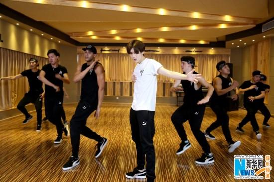 鹿晗《有点儿意思》练习室版MV发布 展舞蹈功力