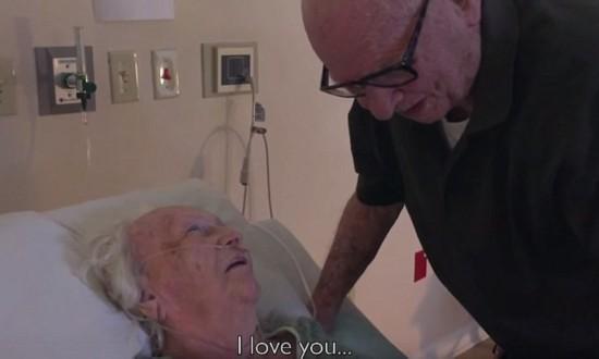感动!92岁老人为临终老伴温情演唱