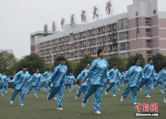 """湖南中医药大学三百学子集体练""""五禽戏""""扬中医"""