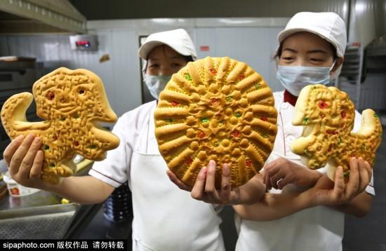 """甘肃张掖传承千年""""土月饼"""" 造型各异迎中秋"""
