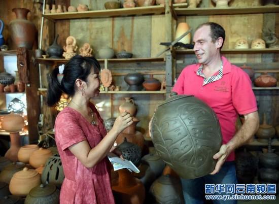 传承民间的傣族千年慢轮跳舞技艺制陶美女情趣内衣穿图片