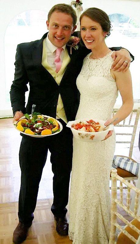 英新婚夫妇用超市回收食物招待宾客