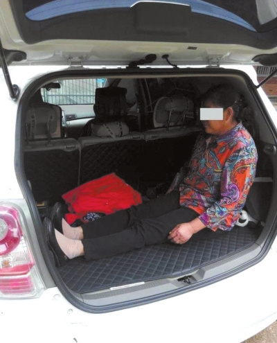 孙子嫌车挤儿子让60岁母亲蜷缩后备厢(图)