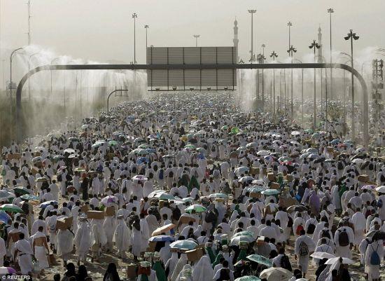250万穆斯林聚集麦加参加朝圣