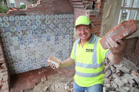 工程队拆房时发现价值50万古董瓷砖