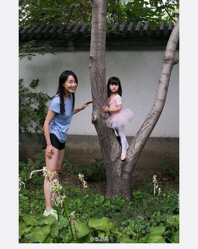 赵子琪母女同秀美腿女儿穿芭蕾舞裙站树上(图)