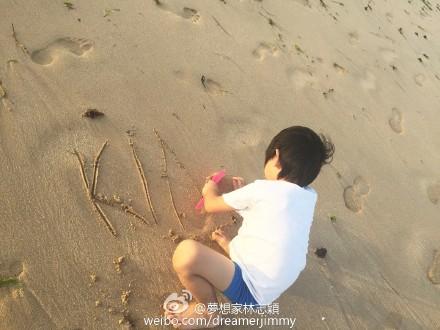 林志颖爱子KIMI在海滩上签名 个子长高腿细长