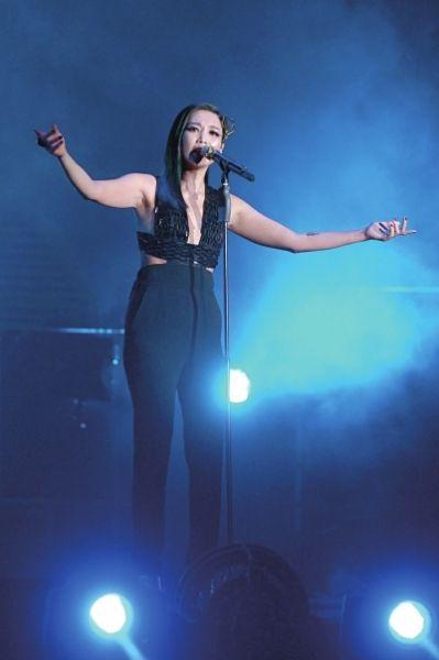 A-Lin个唱重现《我是歌手》场景 一袭黑礼服亮相