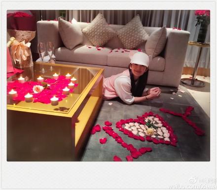 谢娜张杰浪漫庆祝结婚四周年玫瑰香槟制造惊喜
