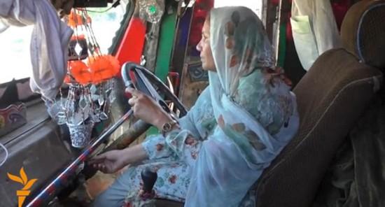 巴基斯坦单身母亲成首位卡车女司机鼓舞其他女性