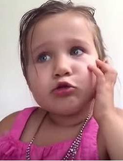 """4岁女孩""""拒""""当小公主称爸爸对公主一无所知(图)"""