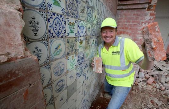 这片瓷砖藏在一面假墙之后。(网页截图)