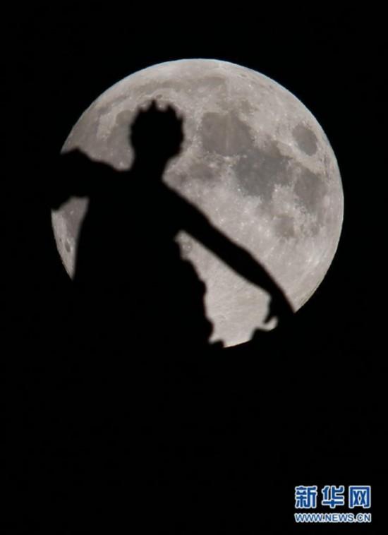 """年度最大最圆月亮(也称""""超级月亮"""")现身"""