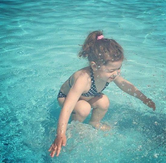 她是在水底还是刚跳进水里?这张图让网友吵翻了
