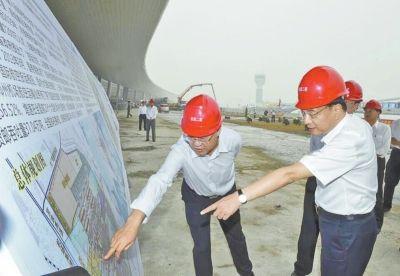 昨日,李克强总理考察郑州新郑国际机场二期建设工地。据中国政府网