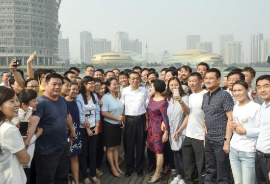 李克强25日考察郑州郑东新区。
