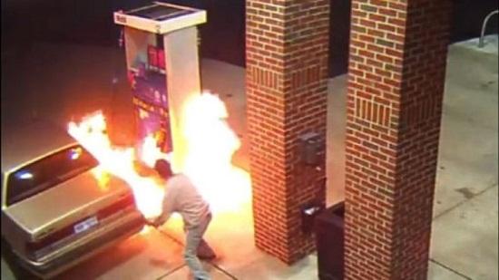 最怕蜘蛛!男子加油站点火欲烧死蜘蛛反引发大火