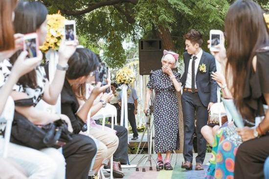 台湾女同志办结婚仪式 93岁奶奶牵孙女走红毯献祝福