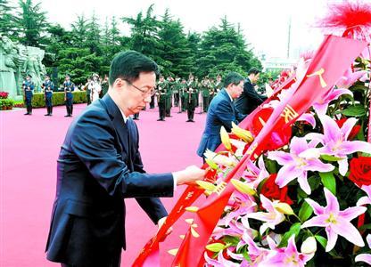 上海各界代表向人民英雄敬献花篮 韩正等出席