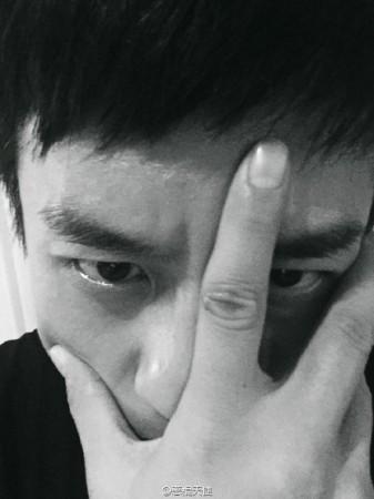 邓超秋冬男神自拍发布会 搞怪表情9连拍(组图)图片