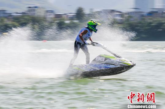 水上摩托世界锦标赛柳州开赛 花式表演赛吸睛