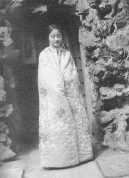 末代皇后婉容进宫前老照片 如花的16岁