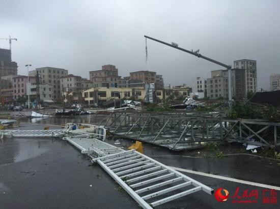 台风眼中的广东湛江:台风登陆进行时 市区一片
