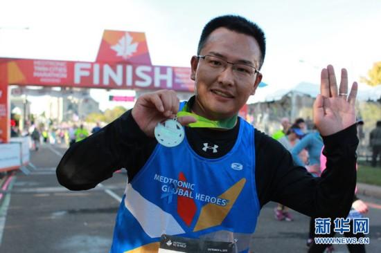 中国青年戴心脏起搏器完成美国马拉松10英里跑