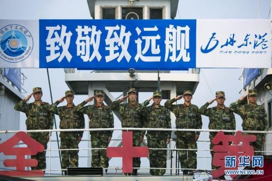 """参与""""丹东一号""""考古的工作人员代表举行海祭仪式"""