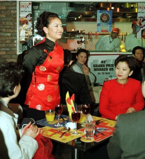 港演出的解放军总政歌舞团在海滨广场酒吧举行联欢会,彭丽媛、董