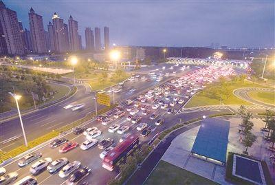 返程高峰来临 南京入城主干道车辆行驶缓慢