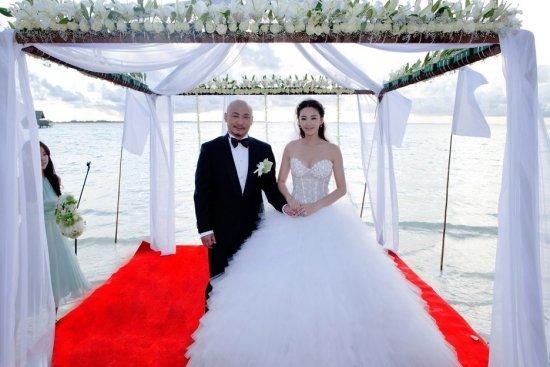 """人民网北京7月28日电 车柯蒙即将在10月成婚的绵阳人小明化名和花花化名 为了留住甜蜜的一刻,交纳了28999元赴印尼巴厘岛拍摄婚纱照,而一切甜蜜都终止在7月20日,回国后小明和花花看到照片那一刻:炸了。""""花花非常气愤。"""