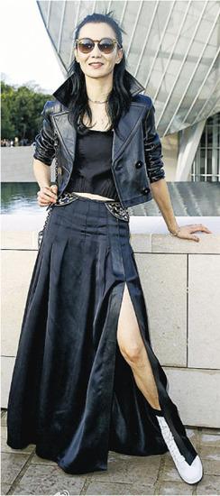 张曼玉亮相时装秀心情好穿长裙秀美腿(图)