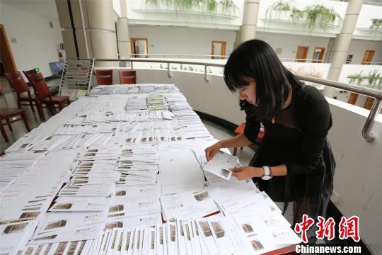 宁波大学新生集体写家书互联网时代传承家书文化