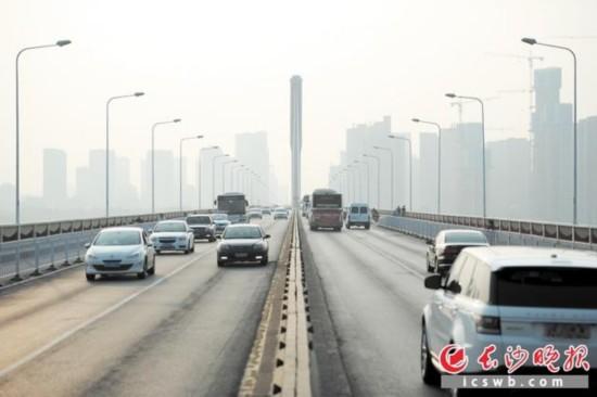 从昨日零时起,银盆岭大桥桥东连接波隆立交桥的路段全面恢复交通。长沙晚报记者 余劭�� 摄