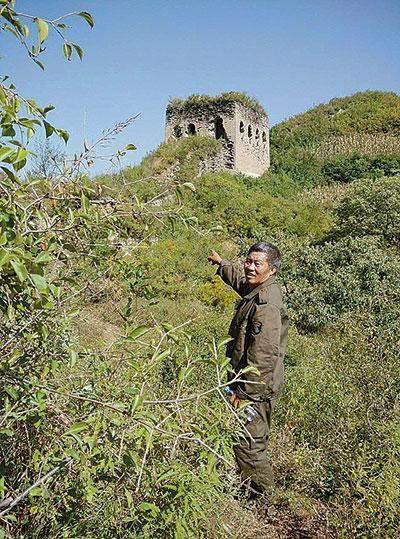 河北省秦皇岛市抚宁区界岭口村长城保护员乔国华在长城上