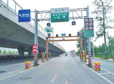 郑州三环40多个限高架上岗 刚装上被撞断损失十几万