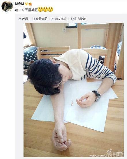 鹿晗头枕胳膊趴桌上穿横条纹上衣帅气十足(图)