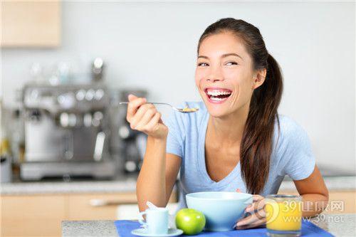 青年 女 早餐 吃东西 玉米片 橙汁 苹果_26000003_xxl